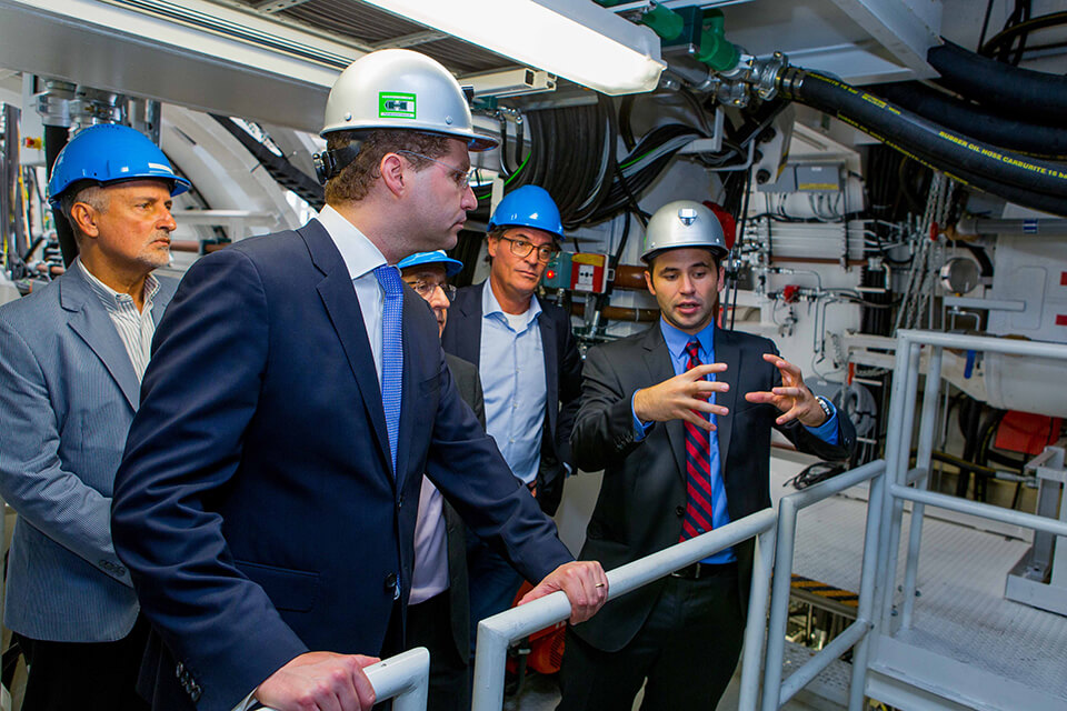 The mayor of Quito, Dr. Mauricio Rodas, (front left) talking to Martin-Devid Herrenknecht, engineer and son of company founder Dr.-Ing. E.h. Martin Herrenknecht, at the technical acceptance of the two EPB Shields in Schwanau © Herrenknecht