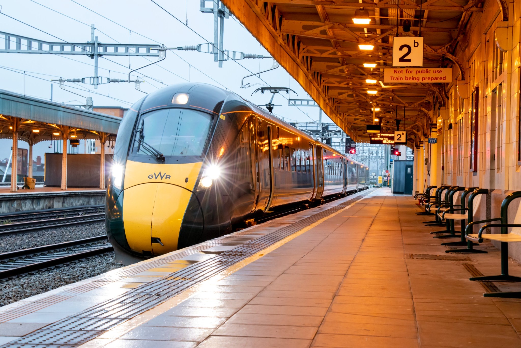 First electrified train between Cardiff and London