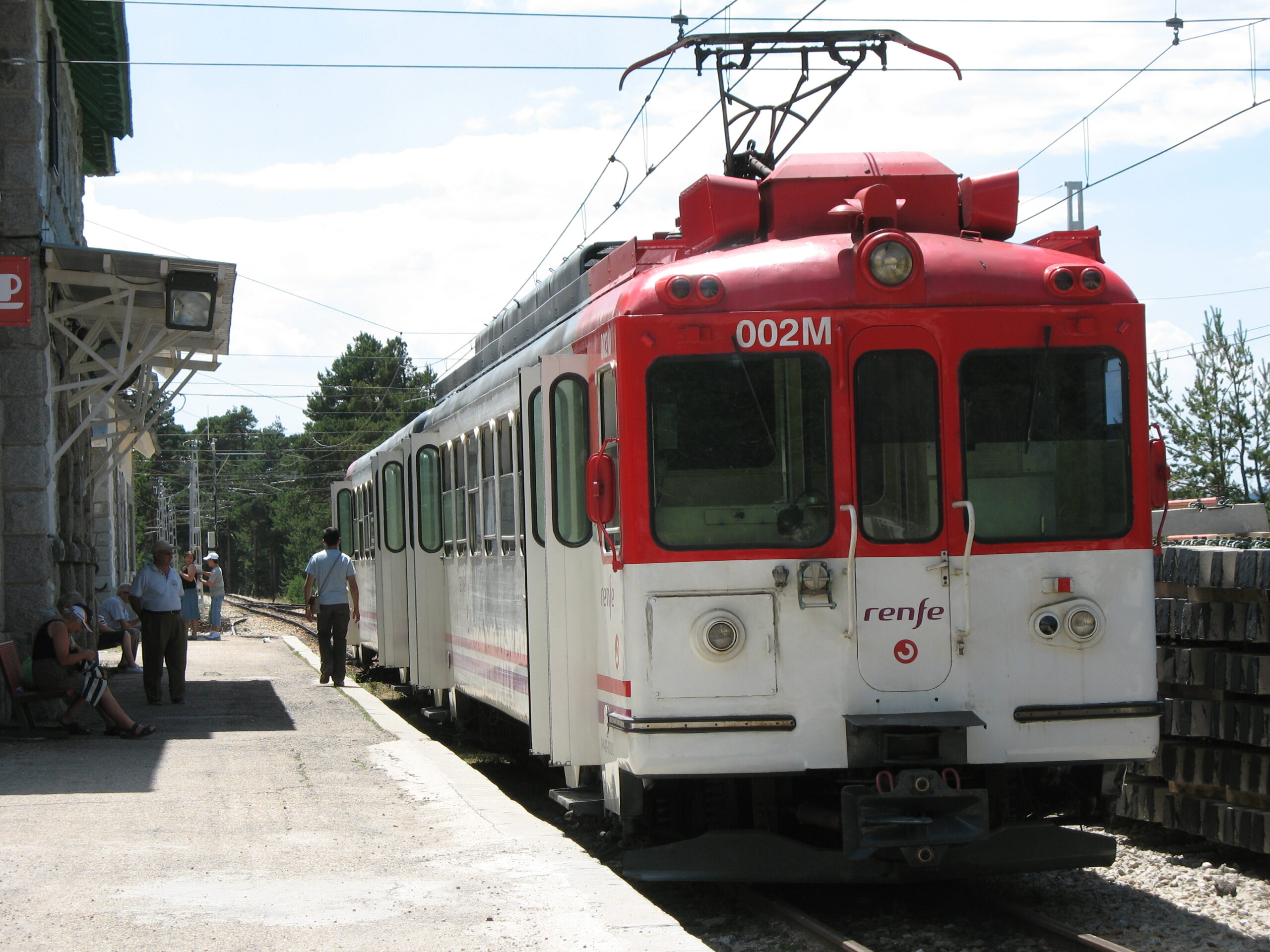 Train on the C-9 narrow-gauge line in Madrid