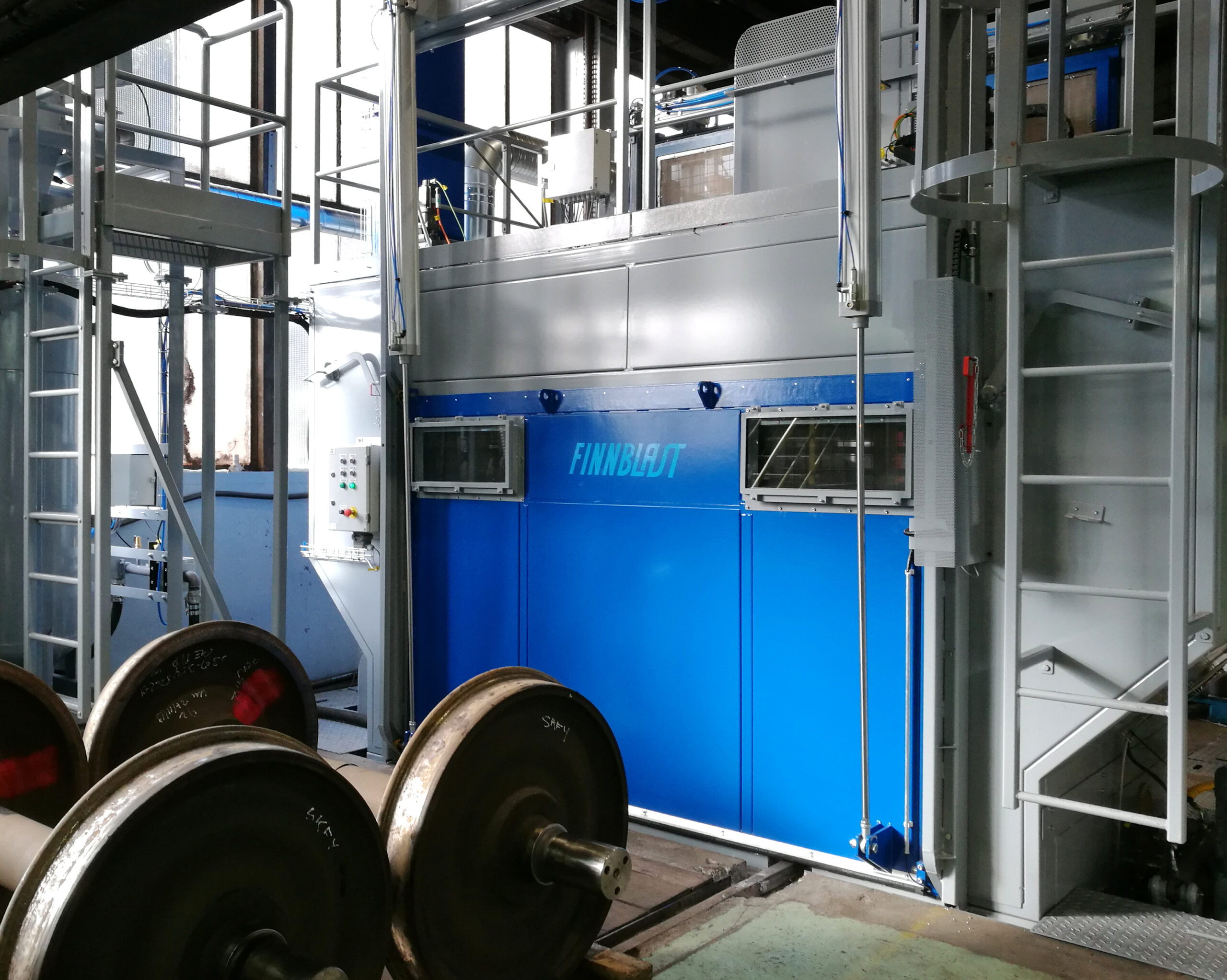 High speed machine for blast cleaning of wheelsets