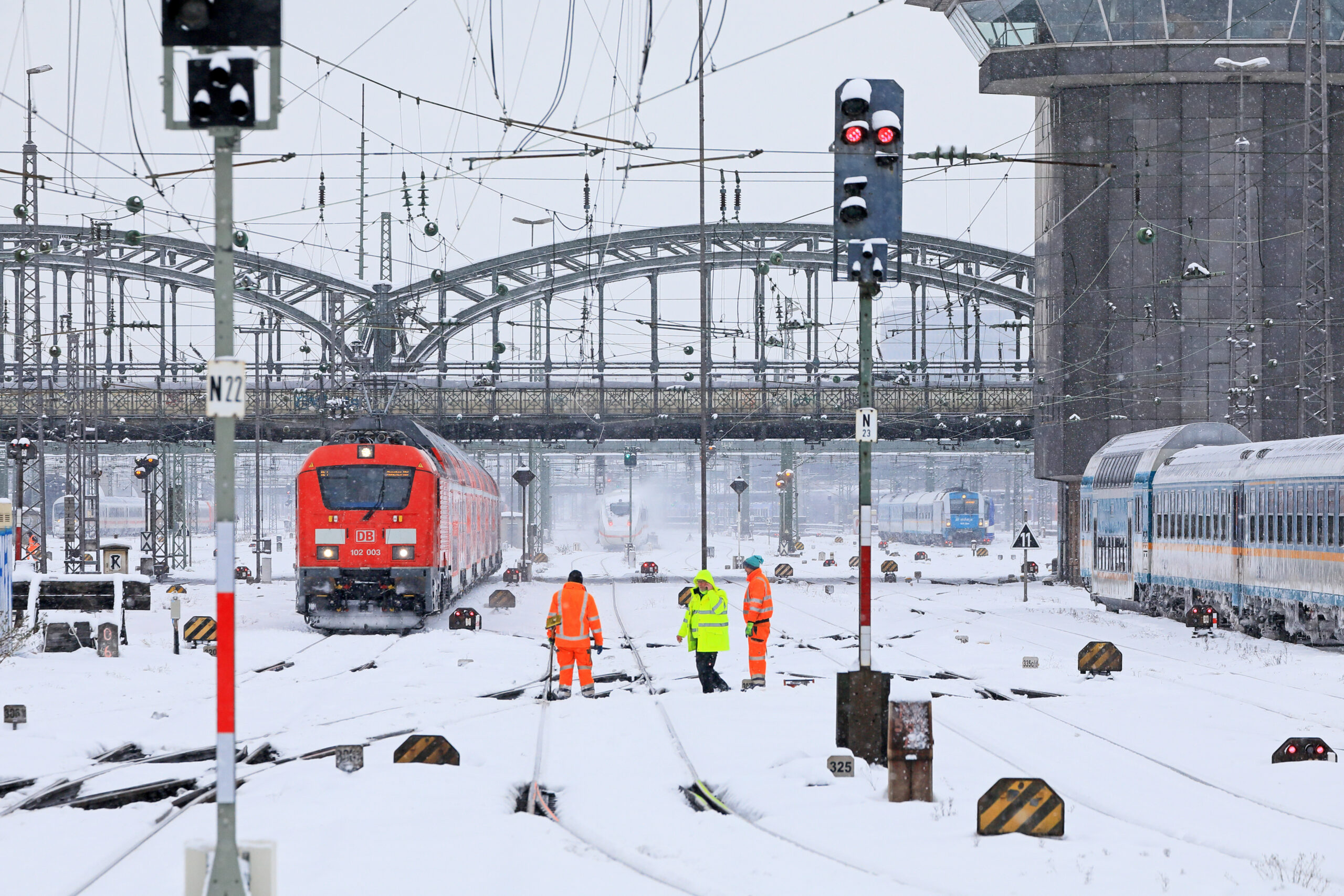 Munich Central Station: despite functioning points heaters railway workers have to remove the snow from the points because of the heavy snowfall