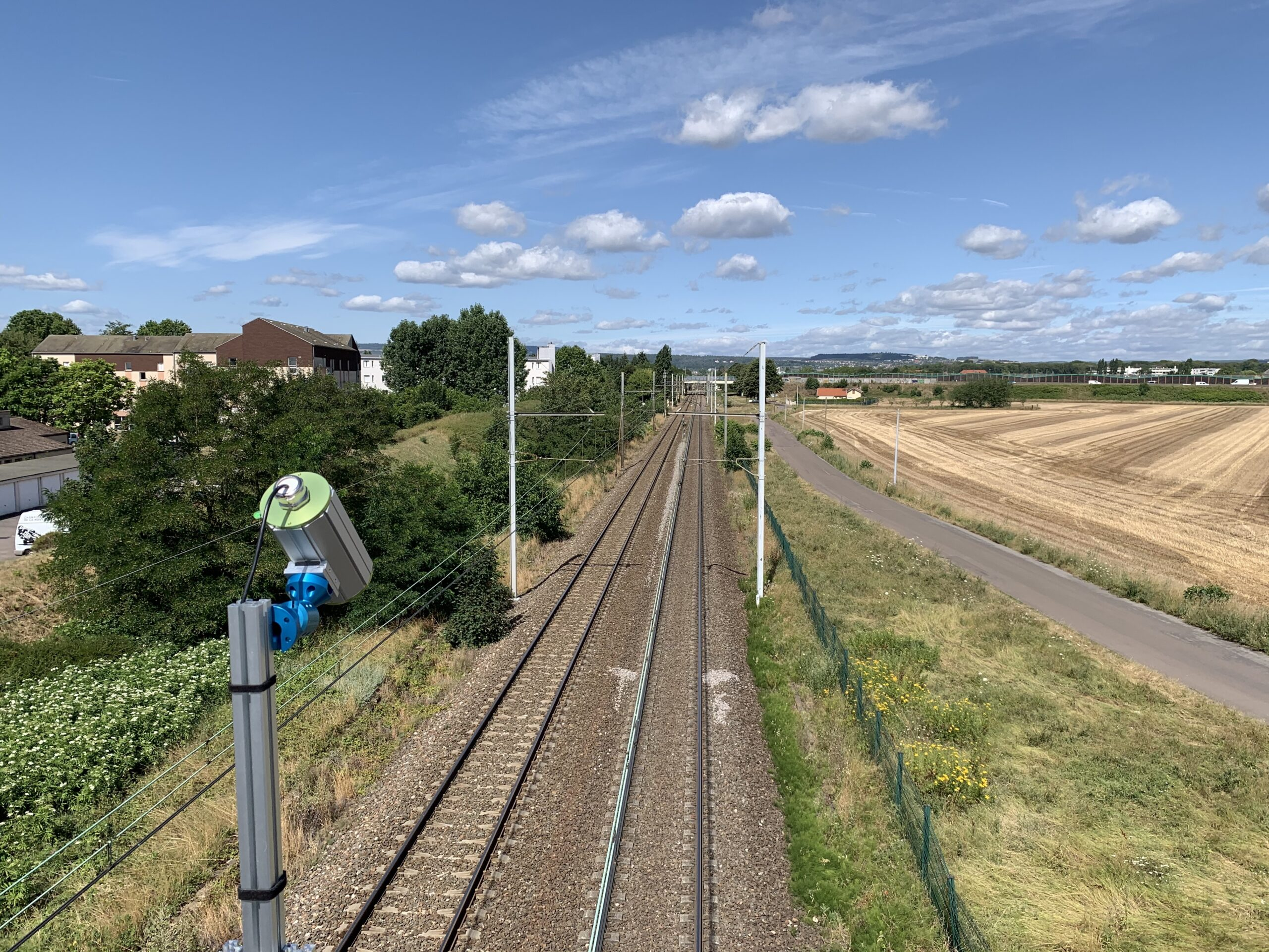The Edge Computing Sensor is elevated at 45 degrees on a metal pole (adaptable to each station) in order to get 5 meters window view of the train. The E.C.S detects the train, identifies its registration and analyses the state of the train's pantographs.