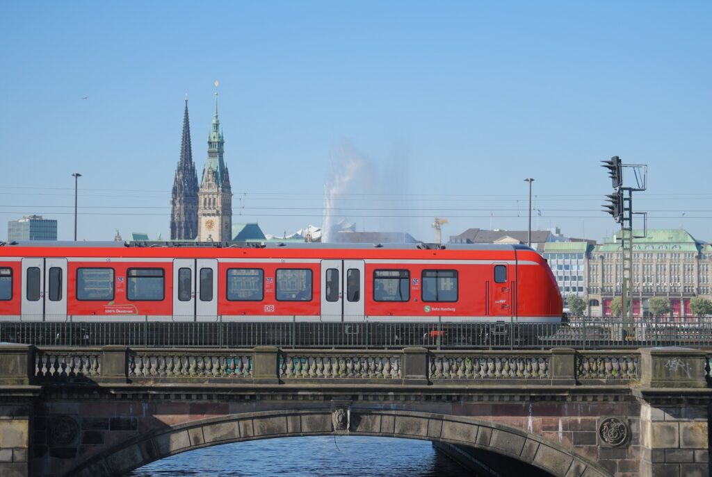 New S-Bahn trains' middle cars will feature a multipurpose area with room for bicycles and luggage, in addition to dedicated spaces to accommodate passengers with limited mobility.